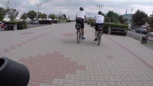 Rowerowy patrol Straży Miejskiej jedzie po chodniku