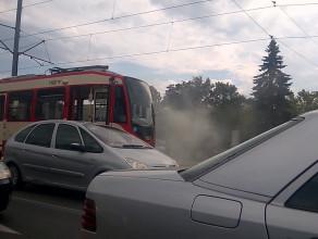 Eskorta dymiącego się tramwaju