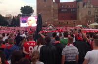 Hymn Polski przed meczem z Portugalia w strefie kibica w Gdańsku