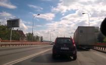 Zepsuta ciężarówka paraliżuje ruch w...