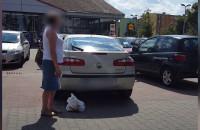Kobieta zamknęła psa w aucie na parkingu