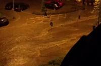 Strumienie wody na ulicach Wrzeszcza