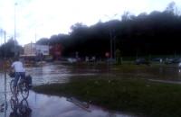 Zalane skrzyżowanie ulic Łostowicka i Kartuska w Gdańsku. Stan na godzinę 14:00
