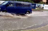Ze zbiornika koło Kartuskiej dalej leje się woda