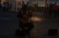 Gitarzysta z Zielonego Mostu gra Bacha