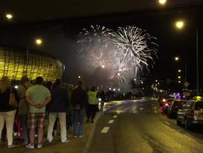 Burza fajerwerków przy gdańskim stadionie