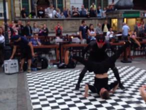 Breakdance mafia bawi publiczność