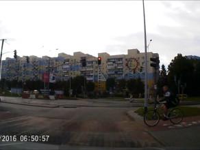 Rowerzysta przejeżdża na czerwonym
