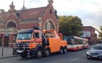 Holowanie autobusu spod dworca w Gdańsku