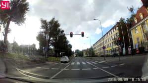 Kierowca przejeżdża na czerwonym świetle