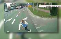 Dziewczynka wbiegła za deskorolką wprost pod autobus