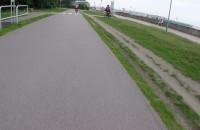 Mają ścieżkę rowerową a jeżdżą trawnikiem