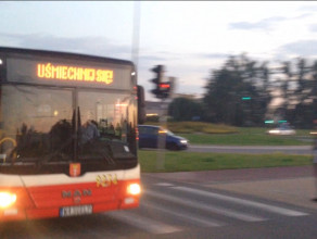 Uśmiechnięty autobus mknie przez al. Havla