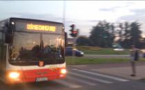 Uśmiechnięty autobus mknie przez Havla.