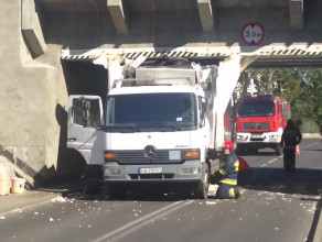 Ciężarówka uderzyła w wiadukt na Stryjskiej