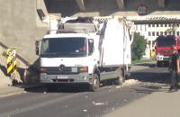Uszkodzona ciężarówka wyjeżdża spod wiaduktu