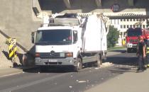 Zniszczona ciężarówka wyjeżdża spod wiaduktu