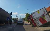 Przewrócona ciężarówka na Jabłoniowej