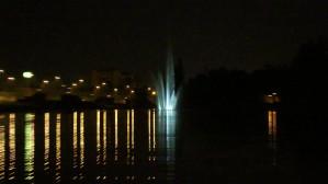 Iluminowana fontanna na zbiorniku Srebrniki