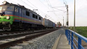 Pociągi towarowe przejeżdżają powoli przez Olszynkę