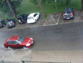 Jezdnia i chodnik celowo pochylone w stronę budynku