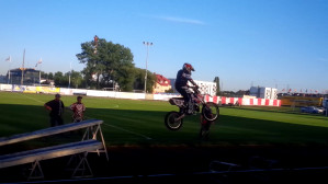 13-latek skacze na motocyklu.