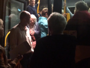 Przepełniony autobus po koncercie w Sopocie