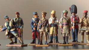 Zbiera żołnierzyki z różnych epok