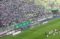 Kibice i piłkarze Lechii Gdańsk celebrują wygraną nad Lechem Poznań