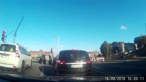 Kobieta cofa i uderza w inne auto