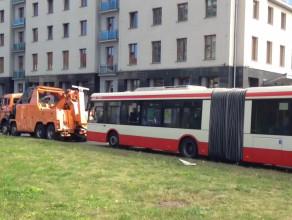 Holowanie autobusu na Wałach Piastowskich w Gdańsku