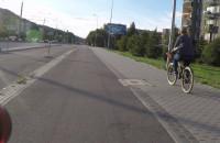 Jadą po chodniku obok drogi rowerowej. Ktoś rozumie?