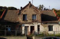 Niszczeje stary dom przy Kartuskiej