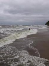 Kąpiel w morzu podczas sztormu