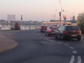 Duży korek przed mostem w Sobieszewie