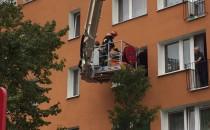 Strażacy wyciągali z mieszkania chorego...