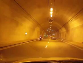 Motocyklista pędzący w tunelu