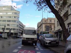 Samochody blokują jazdę kontrapasem na 3 Maja w Gdyni