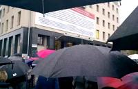 Parasolki na czarnym proteście pod budynkiem Solidarności