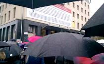Parasolki na czarnym proteście pod...