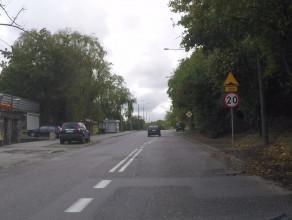 Bezsensowny próg zwalniający na Witominie