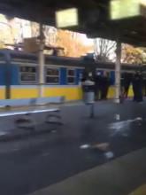 Kibice i policja na peronie w Sopocie