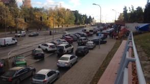 Tłumy i setki aut przed Cmentarzem Łostowickim