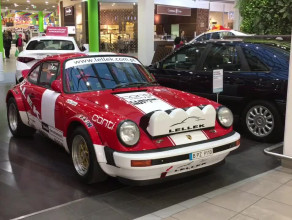 Wystawa automobili w galerii handlowej