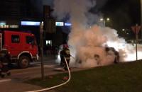 Akcja gaszenia płonącego auta przy Zieleniaku