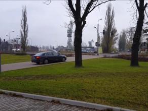 Samochody oficjeli jeżdżą pod ECS po przejściu i chodniku łamiąc zakaz ruchu