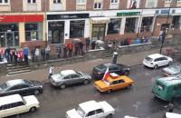 Parada Niepodległości przejeżdża ul. Heweliusza