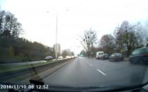 Kierowca Felicji nie zwraca uwagi na...