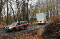 Akcja wyciągania ciężarówki z lasu przy ul. Inżynierskiej