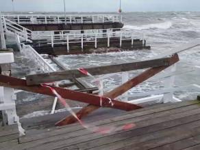 Wzburzone morze przy molo w Brzeźnie